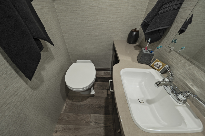 Winnebago Minnie Winnie Spirit bathroom